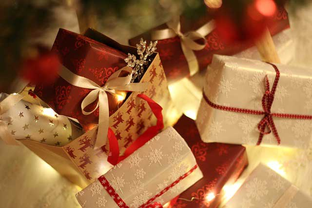 Holiday Shopping: Gifts as Tree decoration ornaments